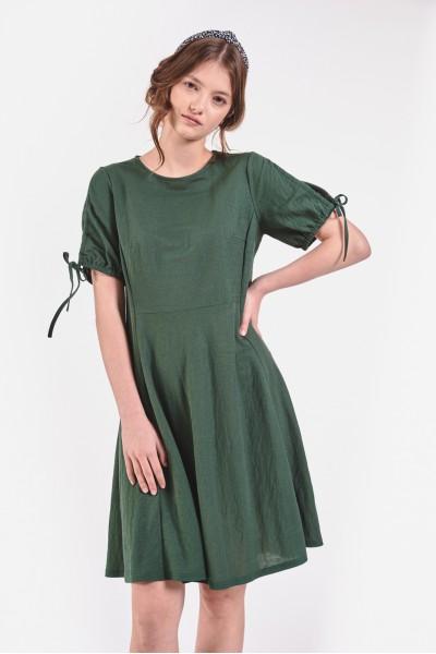 Rozkloszowana sukienka z odcięciem w pasie