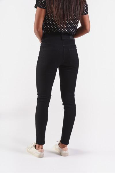 Dopasowane czarne spodnie z lekko podwyższonym stanem