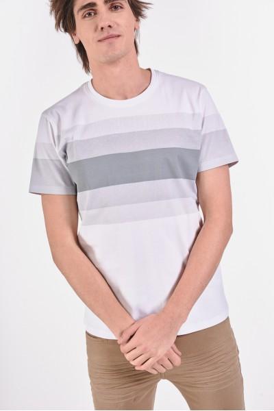 Biała koszulka w pasy w odcieniach szarości