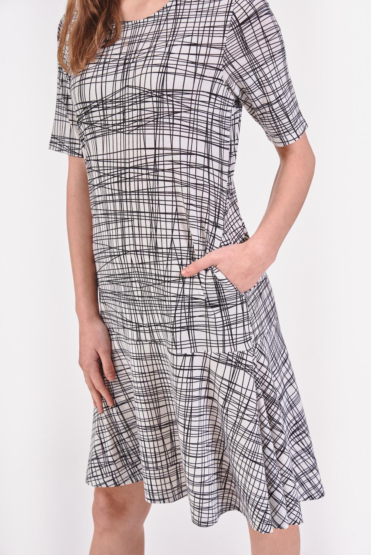 Sukienka w geometryczne linie