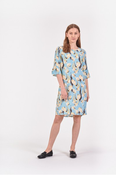 Błękitna sukienka w kwiaty