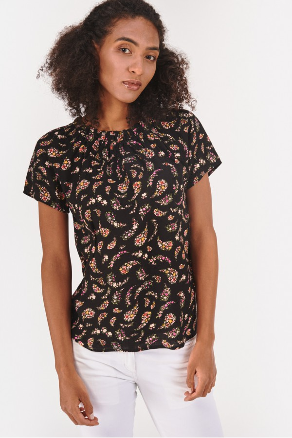 Koszulka w geometryczne wzory