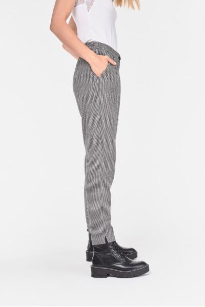 Materiałowe spodnie o kroju chino