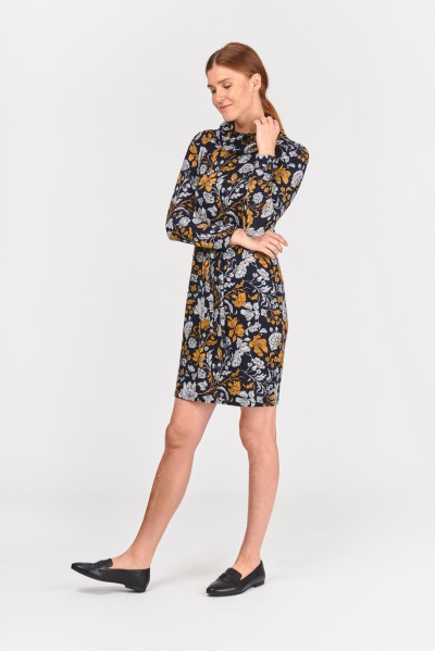 Sukienka z szerokim kominem