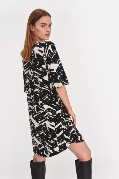 Sukienka uszyta z wiskozy