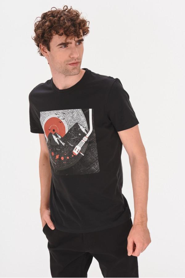 Koszulka z kwadratową grafiką