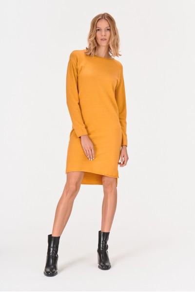 Sukienka z obniżoną linią ramion
